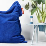 Fatboy-Tjoepke-LED-Akkuleuchte-blau-Bakkes-Beistelltisch-60-cm-calcite-blue-Situation